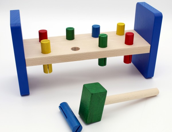klopfbank-hammerspiel-kinder-kleinkinder-holzspielzeug-deutschland-herstellung-izzy