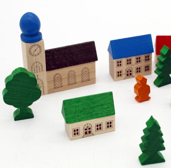 eine-kleines-bergdorf-holzspielzeug-detailansicht-kirche-haus-figuren-izzy